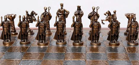 As peças do Xadrez são claramente inspiradas na sociedade medieval. Apesar  disso o jogo foi criado na Índia e se chamava Chaturanga. b696baa960701